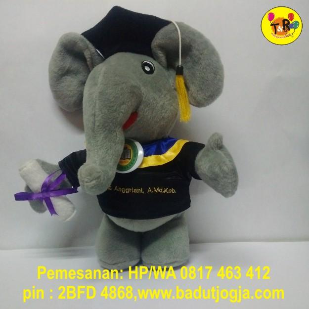 boneka-wisuda-gajah-abu-abu-ukuran-30cm