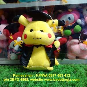 Produsen boneka wisuda pikachu