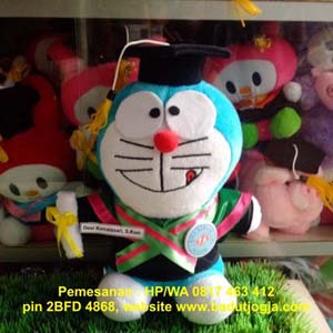jual boneka-wisuda-doraemon-plus-pin-dan-name-tag