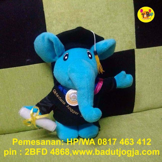 jual boneka wisuda gajah biru plus pin dan bordir nama