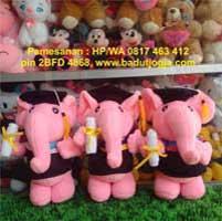 jual boneka-wisuda-gajah-pink